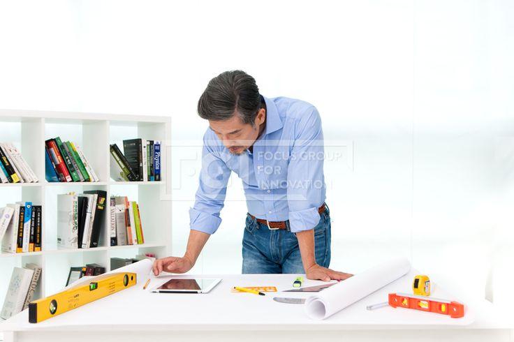 PHO342_169,PHO342, 프리진, 사진, 남자, 생활, 에프지아이, 프리진, 사진, 컨셉, 연출, PHO342, PHO342b, 전문가, 직업, 전문적인, 능력있는, 능력, 성공, 마스터, 장인, 스페셜리스트, 라이프, 스타일, 라이프스타일, 사람, 1인, 동양인, 한국인, 남성, 중년, 노년, 스튜디오, 실내, 수염, 턱수염, 콧수염, 일, 업무, 일하는, 자신감, 실력, 실력있는, 건축, 건축가, 청바지, 셔츠, 소매, 걷어올린, 미소, 웃음, 여유, 종이, 도면, 설계도, 테이블, 책상, 올려져있는, 수평계, 설계, 작성, 연필, 필기구, 태블릿, 컴퓨터, 모형, 주택, 모형주택, 땅콩주택, 제도, 용품, 볼펜, 형광펜, 책장, 책, 서적, 도서 #유토이미지