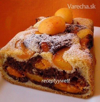 V týchto horúčavách nerada zapínam rúru a tak som koláč vyskúšala upiecť v pekárničke ;-) S marhuľami je vláčny a voňavý a cesto je rovnaké ako pri tomto recepte: >TU