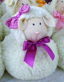"""Esta é a ovelha Dolly. Toda feita em pelúcia e com lacinho que deu um challllme especial. Adooooorooooo!!!!   Esse """"exército"""" de ovelhas é..."""