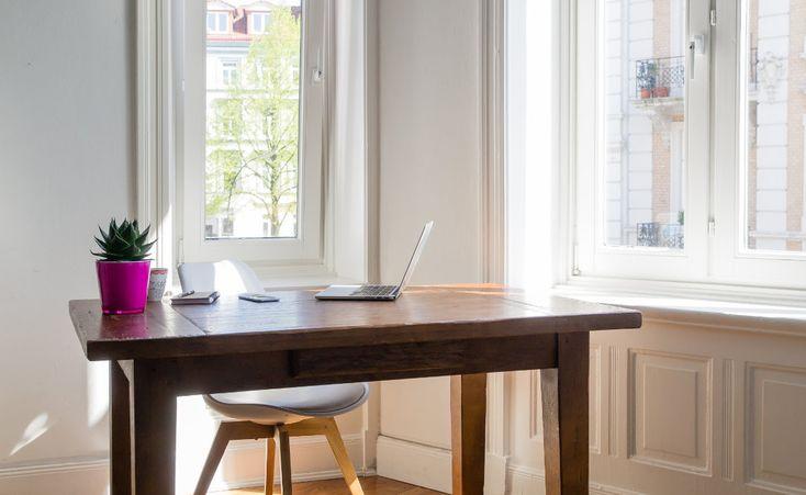 Arbeitszimmer steuerlich absetzen http://www.immonet.de/service/arbeitszimmer-steuerlich-absetzen.html: Ein Schreibtisch mit Computer und ein paar Aktenordnern im Regal sind noch lange kein Arbeitszimmer – zumindest nicht im Sinne des Fiskus. Der sagt: Ein häusliches Arbeitszimmer kann der Steuerzahler grundsätzlich nicht von der Steuer absetzen. Doch es gibt Ausnahmen.