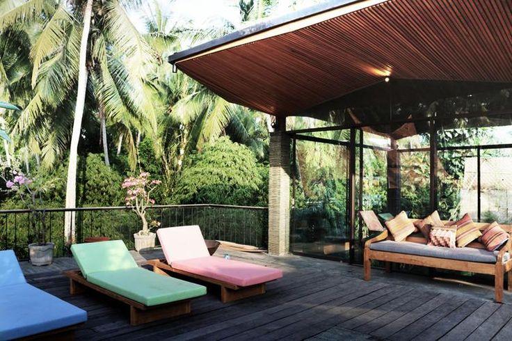 terrasse bois exotique, lits de plage design, jardin tropical avec