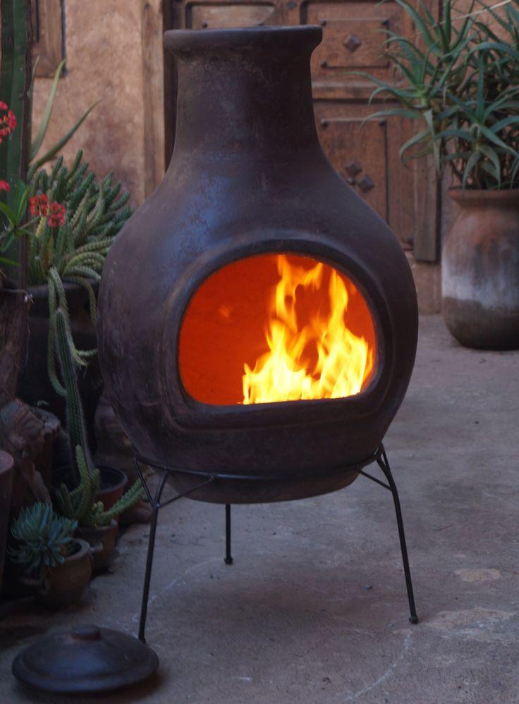 De bruine Sol-y-Yo Mexicaanse terracotta tuinhaard van 110 cm hoog en 56 cm diametercreëert met zijn gladde design een waanzinnige sfeer in de tuin. Met deze grote tuinhaard kunt u 's Avonds, wanneer het iets is afgekoeld, optimaal genieten van de warmte die de Mexicaanse terracotta tuinhaard uitstraalt.LEESTIP:Geschiedenis over de Mexicaanse kachel. Een authentieke vuurpot met een verhaal!Waarom verzendkosten voor dit product? Vanwege de breekbaarheid:meer lezen.