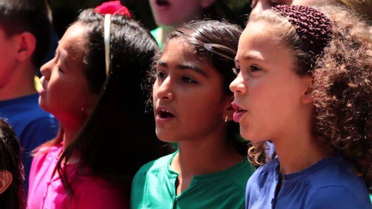 En estos duros tiempos los niños y la música traen la esperanza de un futuro mejor. Hoy celebramos la vida y cambiar el mundo un corazón y una canción a la vez !!