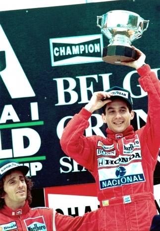 O piloto da McLaren Ayrton Senna recebe o troféu após vencer o Grande Prêmio da Bélgica em 1988. ARQUIVO/AP