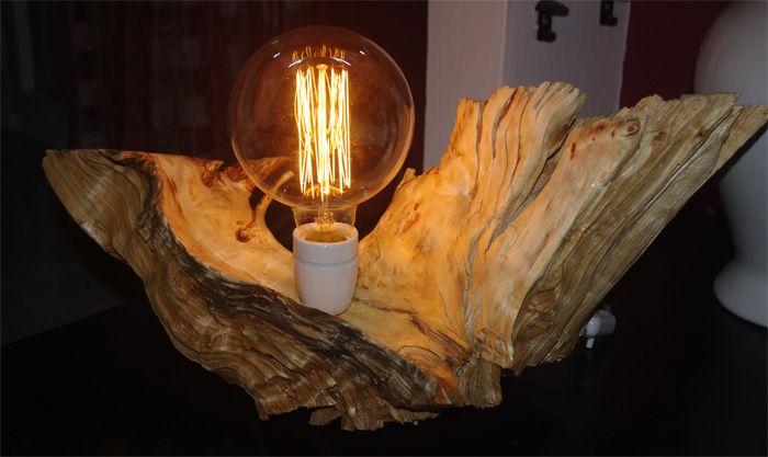 Lampada in legno da tavolo realizzata su radica impreziosita da una lampada d'epoca con filamento stile gabbia proprio come quelle inventate da Thomas Edison. L'associazione della radica e di questo tipo particolare di lampada consentono di creare nell'ambiente un'atmosfera molto calda adatta a vari tipi di arredamento. Il portalampada è in ceramica e il filo in seta color avorio. #lamp #lampada #wood #legno #vintage #design #upcycling #recycling #woodlamp #decor #lighting #furniture…