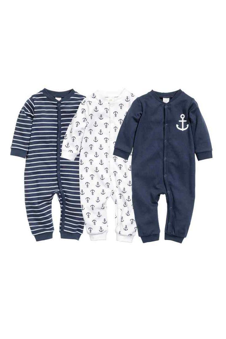 Lot de 3 pyjamas: CONSCIOUS. Pyjamas à manches longues en jersey souple de coton bio. Boutonnage pressionné devant et le long d'une jambe. Finition bord-côtes en bas de manche et de jambe.