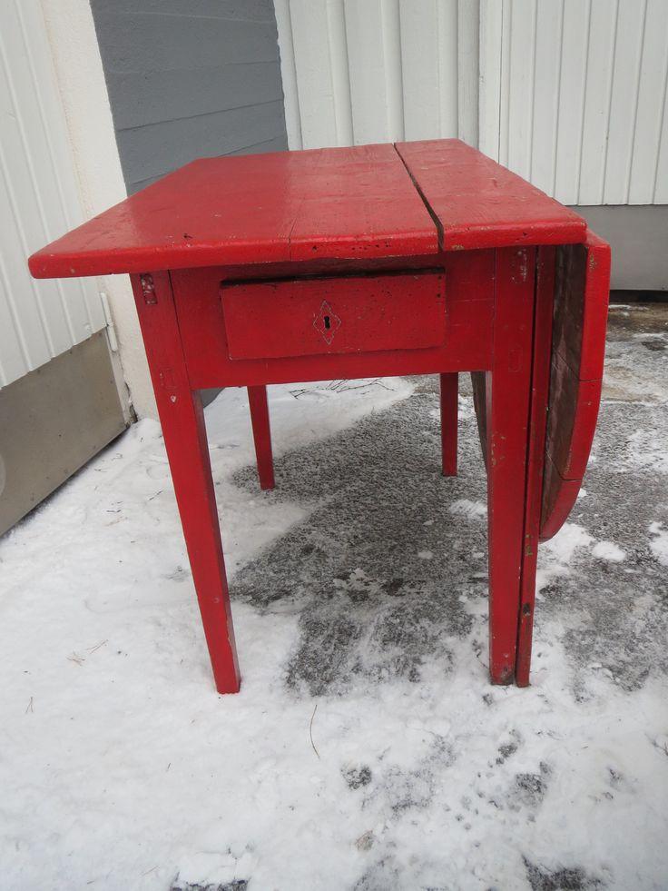 Ihanaakin ihanampi vanha klaffipöytä. jälkeenpäin maalatttu punaiseksi, patinaa ja halkeamaa, mutta käyttökuntoinen.  Leveys 96 cm, syvyys 58 cm, korkeus 75 cm, klaffin levein kohta 60 cm.  MYYTY.