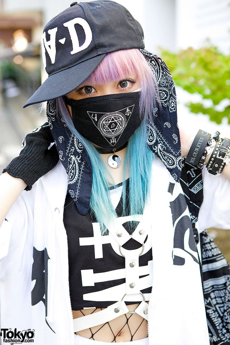 This is Senanan, the fashion designer behind the indie Japanese fashion brand Qiss Qill. She has lilac and blue hair, with a FRESH.i.AM cap, a bandana and a face mask from her own label.