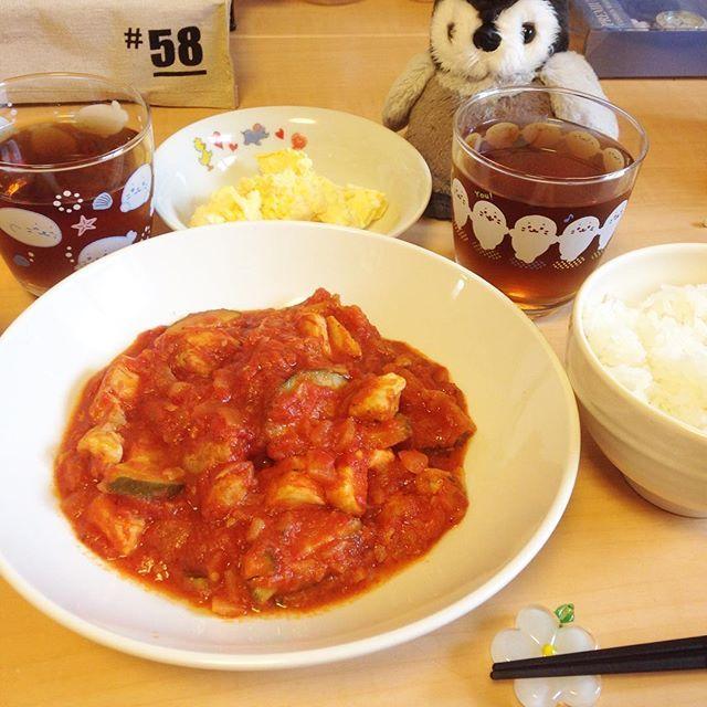 もも肉とズッキーニのトマト煮込みとたまごサラダ🐧  #ぬいぐるみ #ぬい撮り #ペンギン #penguin #🐧 #ごはん #夜ごはん #おかず #手作り #節約 は #手料理 #料理 #簡単 #肉 #野菜 #トマト #🍅 #ズッキーニ #鶏肉 #japan #japanese  #kawaii