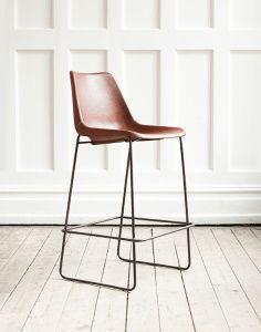 En barstol i läder med handsydda sömmar. Underrede i obehandlad metall. En stol i läder blir bara vackrare med tiden. Tillverkad i sydamerika där den bästa kvalitet på läder hittas. En ovanligt bekväm barstol med sina generösa mått och skålade sits.   Mått: bredd 35 cm, djup 45 cm, höjd 94 cm, sitthöjd 70 cm