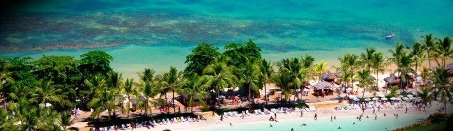 Quer passar suas férias em um cenário deslumbrante, sempre ensolarado, com os pés descalços na areia e a vista de um mar de águas cristalinas emoldurado por uma natureza de tirar o fôlego? Então vá a Arraial d'Ajuda!