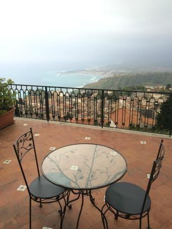Bed & breakfast 'Villa Sara', in Taormina. Uitgebaat door erg sympathieke oude dame, die evenwel op haar strepen staat. Laat je niet afschrikken door haar sterke karakter en geniet van de kamers (slechts 3) met een groot terras en zicht op de baai en Etna. Het ontbijt serveert ze geheel naar uw wensen (neem zeker koffie).