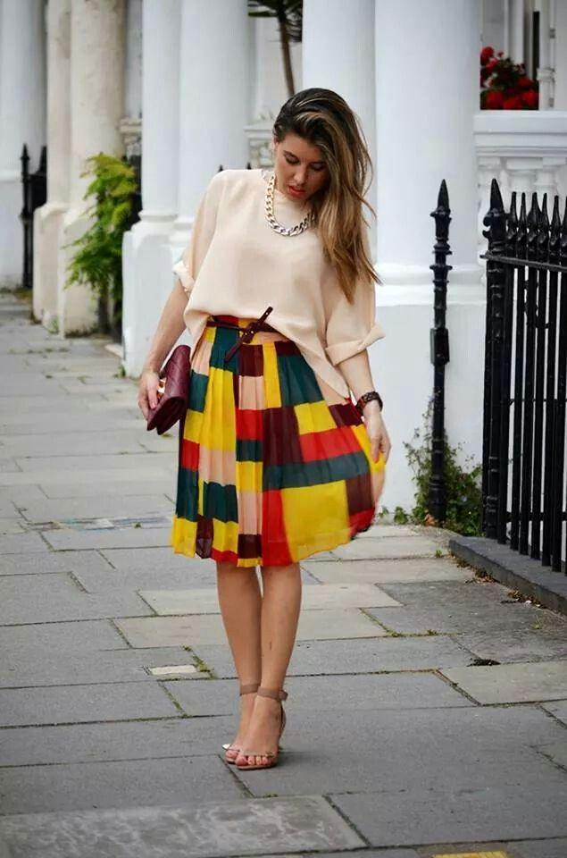 Falda midi multicolor.