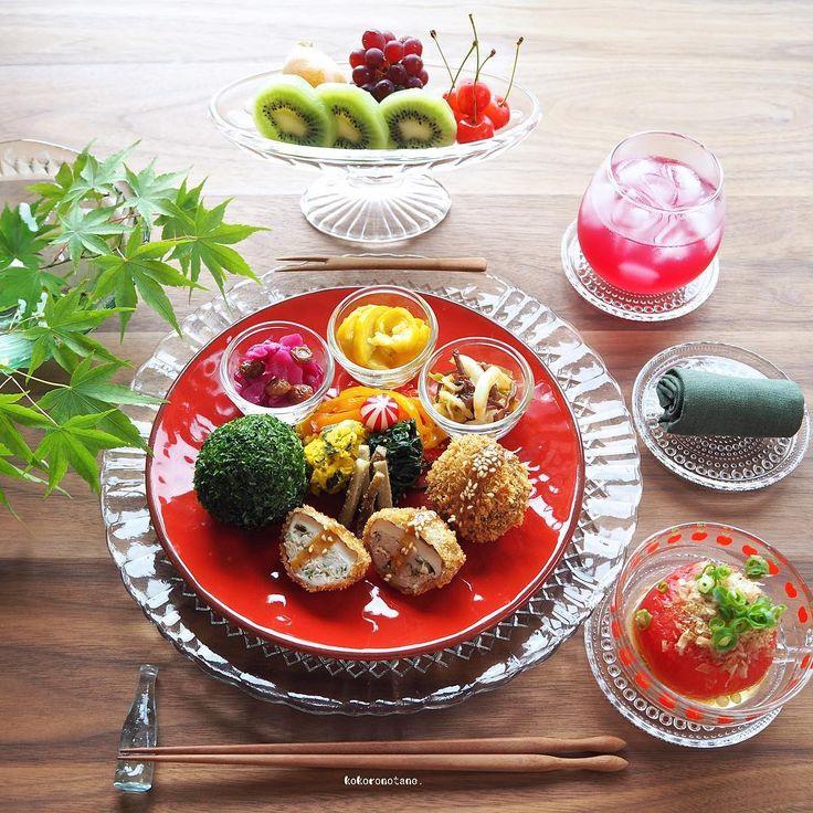 ❁.*⋆✧°.*⋆✧❁ Today's lunch. ・ 今日の寄せて集めてお昼ごはん。 酢の物と冷凍保存のもの以外の作り置きおかずは 本日 食べ切りです。( ´` )و ・ ・ お品書き(作り置きおかず+追加分★) 1.椎茸の肉詰めフライ 2.カラーピーマンのソテー 3.たたきごぼう 4.春菊のピーナッツクリーム和え 5.かぼちゃのクリチ和え 6.ズッキーニのレモンマリネ 7.紫キャベツとレーズンのマリネ 8.白菜ときくらげのナムル 9.トマトだし浸し★ 10.飾りラディッシュ 11.あおさおにぎり★ 12.くだもの盛り合わせ★ (びわ・ぶどう・さくらんぼ・キウイ) 13.赤紫蘇ジュース ・ 2.4.8.は著書「のほほん曲げわっぱ弁当」にレシピ掲載 しています。 ----------------------- Amebaブログ・LINEブログ更新中➰✍️。 宜しければプロフィールのリンクからどうぞ--✈︎ ・ #こころのたねゴハン ❁.*⋆✧°.*⋆✧°.*⋆✧°❁