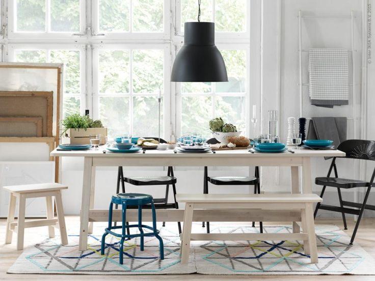 Matbordet är en plats för hela familjen att umgås kring. Skapa rum för både stor som liten! NORRÅKER matbord, pall och bänk. HEKTAR taklampa, FRODE stol, RÅSKOG pall. Addera mer färg med porslinsserien FÄRGRIK och IKEA PS 2014 matta.