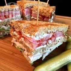 Sanduíche de três andares com bacon e peito de peru @ allrecipes.com.br