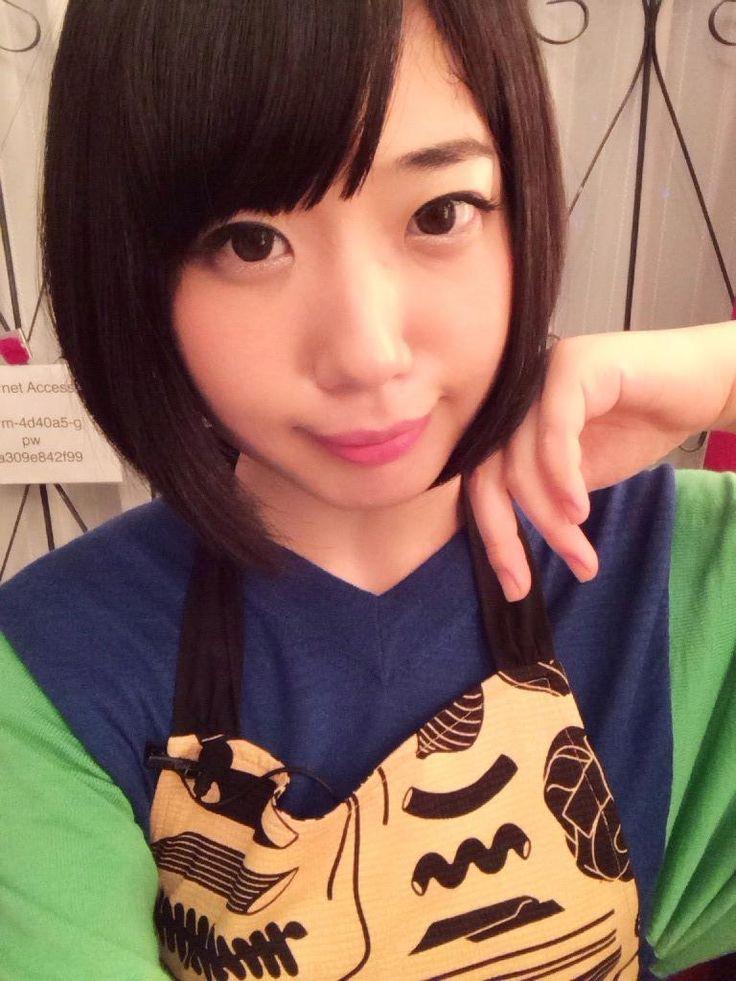 夢眠ねむ Yumemi Nemu - Dempagumi.inc / でんぱ組.inc - blue and green shirt with orange and black apron