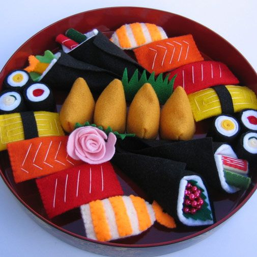 I love the combinations on this felt sushi tray! My favorite are the sushi rolls.