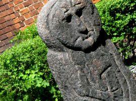 Baba Pruska - Im Innenhof der Olsztyner (Allensteiner) Burg steht eine unscheinbare steinerne Skulptur, die eine menschliche Gestalt darstellt. Es ist das sog. Pruzzenweib – eines der wenigen ähnlichen erhaltenen Objekte in Ermland und Masuren. Dieses wurde im 19. Jh. in Barciany entdeckt und 1945 nach Olsztyn gebracht. Entgegen der Bezeichnung stellt die Figur einen Mann dar, der in der rechten Hand ein Horn hält und in der linken eine kurze Waffe...