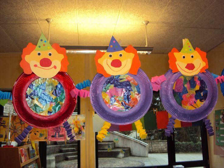 Beeld - Clown met papieren bord