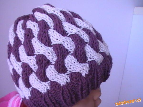 Pletená čepice z dvoubarevných copánků