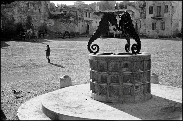 ΡΟΔΟΣ -ΤΟ ΝΗΣΙ ΤΩΝ ΙΠΠΟΤΩΝ .- 1957 - ΠΗΓΑΔΙ ΣΤΗΝ ΠΑΛΙΑ ΠΟΛΗ - ΦΩΤ. RENE BURRI