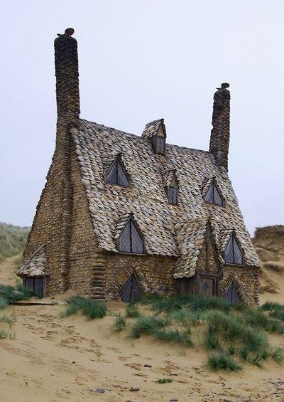 Dieses Kunstwerk mit Schindeln wie Muscheln steht in den Dünen von Cornwall.