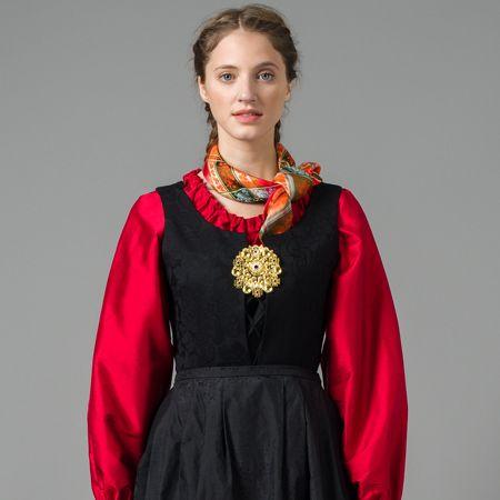 Rød silkeskjorte med gullsølje - Nord-Norges festdrakt - Troms - Norsk Flid nettbutikk og bunader