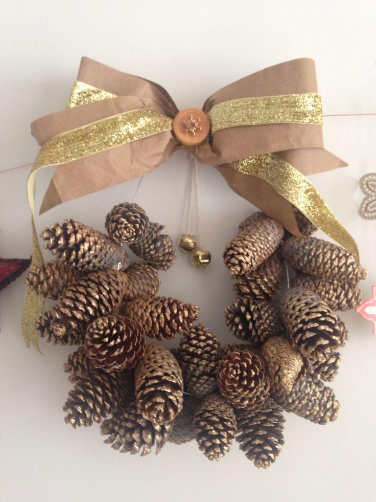 Corona de pi as de pino pintadas con dorado cinta de - Adornos de navidad con cartulina ...