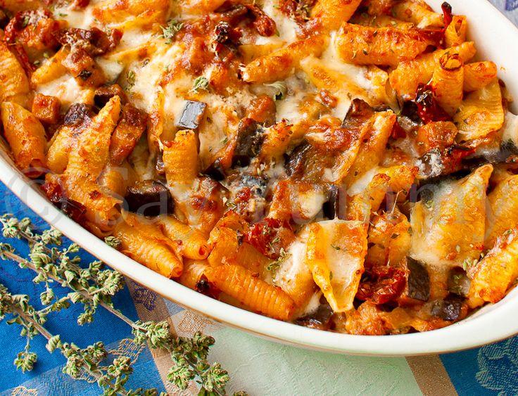 Pasta al forno con uno stuzzicante sugo di pomodori secchi e melanzane, ottimo per un pranzo in famiglia, piacerà anche ai vegetariani!!