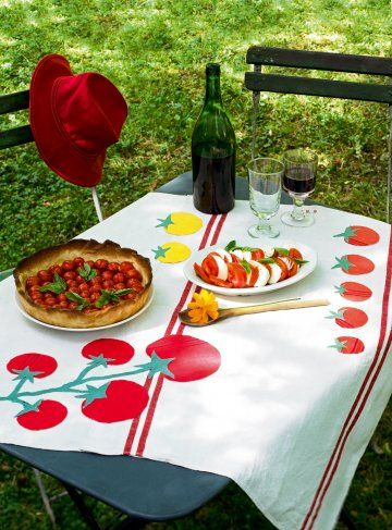 Nappe réalisée avec deux torchons cousus et décorée de tomates jaunes et rouges en appliqué