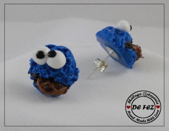 Pendientes pegados del monstruo de las galletas. Modelado a mano con arcilla polimerica de alta calidad, horneado, barnizado para proteger el producto y resaltar un brillo especial. Tamaño 15mm.