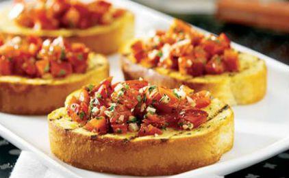 Μπρουσκέτες με φέτα, ντομάτα και ελιές | sidagi.gr15 φέτες μπρουσκέτας από ψωμί μπαγκέτας 4 ντομάτες 1 φλιτζάνι καθαρισμένες ελιές 2 κομμάτια φέτα θρυμματισμένα Φύλλα βασιλικού Αλάτι Πιπέρι Ελαιόλαδο