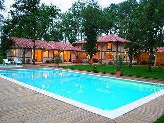Een nabijheid van de oceaan ruime villa voor 24 personen met verwarmd zwembad