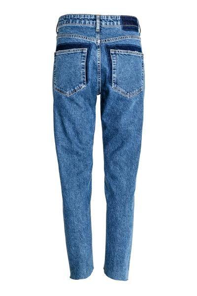Straight High Jeans: Dżinsy z 5 kieszeniami ze spranego denimu z ciemniejszym denimem wokół tylnych kieszeni. Wysoka talia, rozporek na guziki. Proste nogawki z przekręconymi szwami i nierównymi, niewykończonymi brzegami.