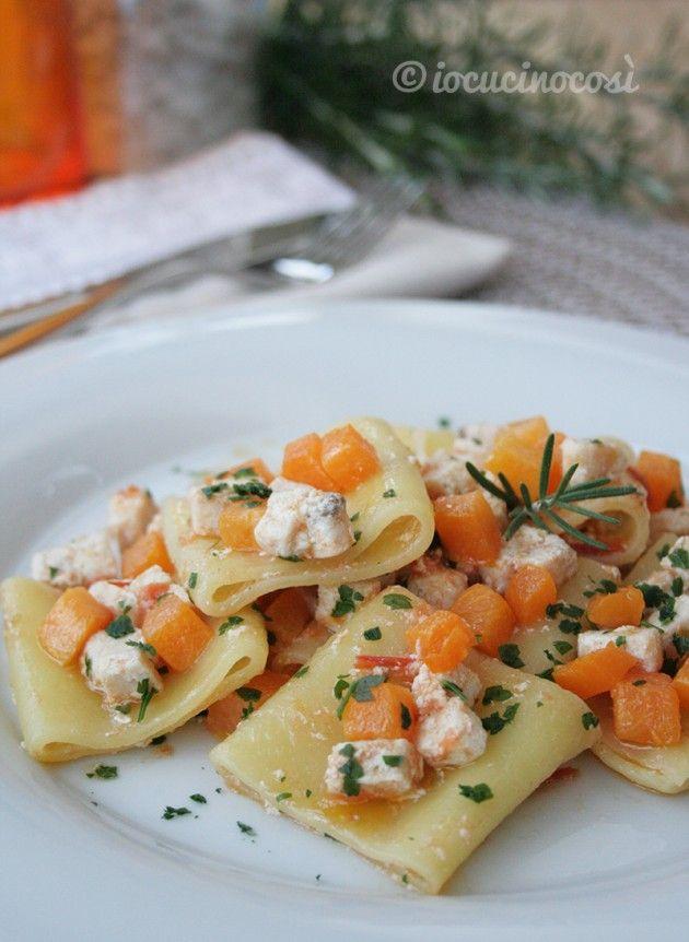L'abbinamento della zucca col pesce è vincente. Come in questo primo piatto di paccheri con pesce spada e zucca al rosmarino.