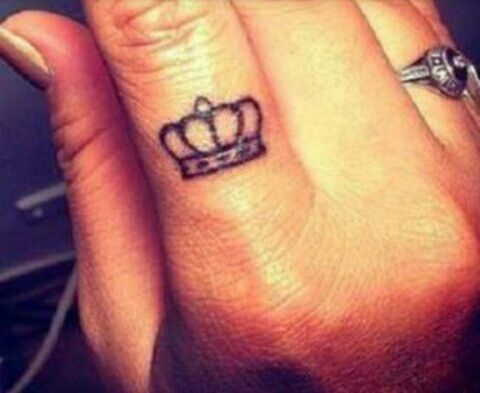 17 beste idee n over crown finger tattoo op pinterest. Black Bedroom Furniture Sets. Home Design Ideas