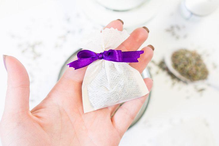 Zelf lavendel geurzakjes maken met gedroogde lavendel en lavendel etherische olie is makkelijk, zero waste, goedkoop en hartstikke leuk om te doen!