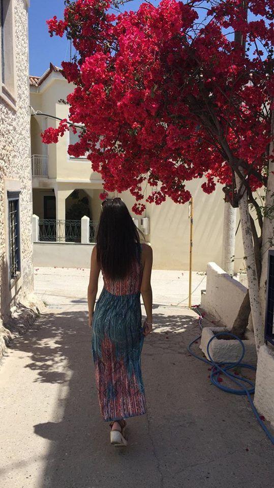"""Η πανέμορφη @ksanthikiousi βολτάρει τα σοκάκια των Σπετσών με το αγαπημένο της φόρεμα """"Xeni"""" από την Vamp! Βρείτε το φόρεμα ΕΔΩ: https://shop.vamp.gr/forema-thalassis-00-10-3300.html"""