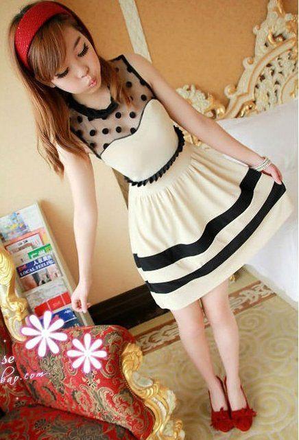 Un vestido color blanco con detalles negros como rayas en el. Acompañado con unos tacones rojos