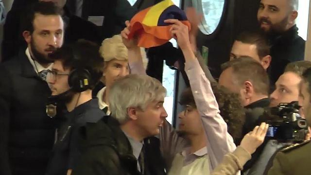 """Al termine del discorso di Matteo Renzi alla cerimonia di inaugurazione dell'anno accademico del Politecnico di Torino, il rappresentante degli studenti Livio Sera ha gridato al premier: """"Dopo questo capolavoro di retorica le consegno un cappello da pagliaccio, se lo metta in testa"""". Il ragazzo ha cercato di raggiungere Renzi, ma è stato portato fuori dall'aula magna dagli uomini della sicurezza   di Francesco Gilioli e Silvia Valenti<br clear=""""all"""" />   <div dir=""""ltr"""">  <div dir=""""ltr"""">"""