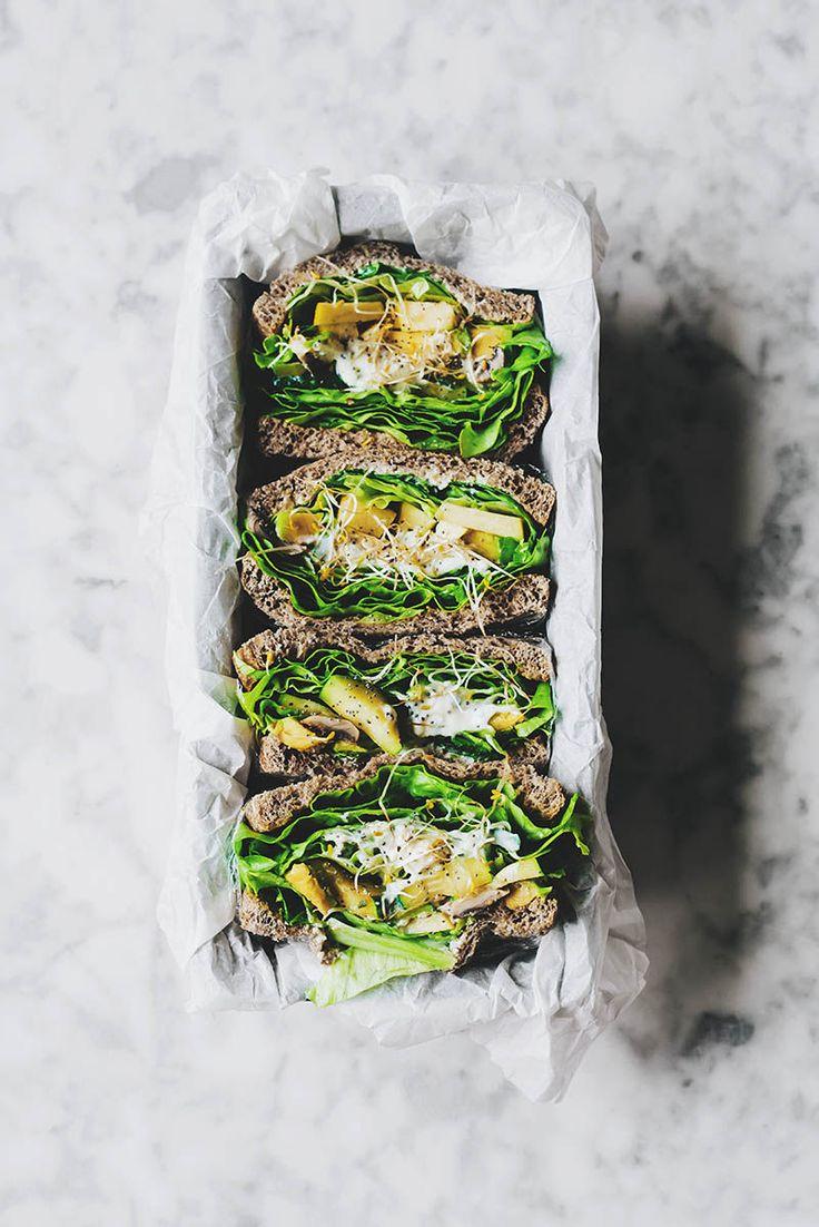 Receta sencilla para elaborar unos deliciosos sandwiches vegetales con champiñones, calabacín y crema de queso. Un tentenpie perfecto para el brunch