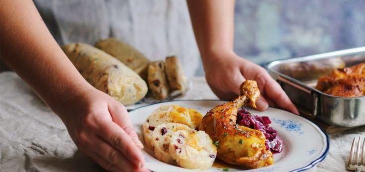 Karlovarská knedľa, pečené kura, červená kapusta