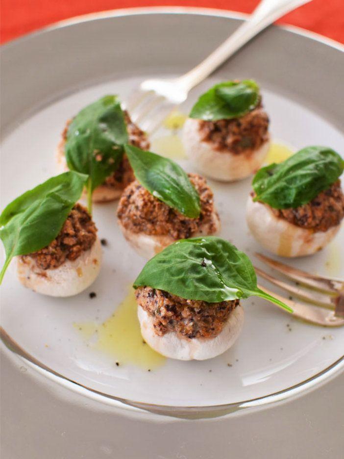 ノンカロリーのマッシュルームをクラッカーのように使うタパスアイデア。上にのせる具材を替えても楽しめそう!|『ELLE gourmet(エル・グルメ)』はおしゃれで簡単なレシピが満載!