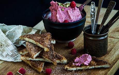 http://www.tasteline.com/Recept/Fattiga_riddare_med_hallon-_och_pistagesmor