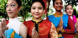 """Tra i porti asiatici più frequentati, #Singapore raccoglie nel proprio piccolo territorio un variegato insieme di gruppi razziali: #malesi, #cinesi, #indiani e #arabi caratterizzano i diversi quartieri con i loro usi e tradizioni. Le architetture in stile coloniale britannico, lo spettacolare skyline dei grattacieli, i grandi giardini botanici, lo shopping sfrenato sono i segni inconfondibili di questa vibrante """"porta"""" d'#Oriente, melting pot di culture."""