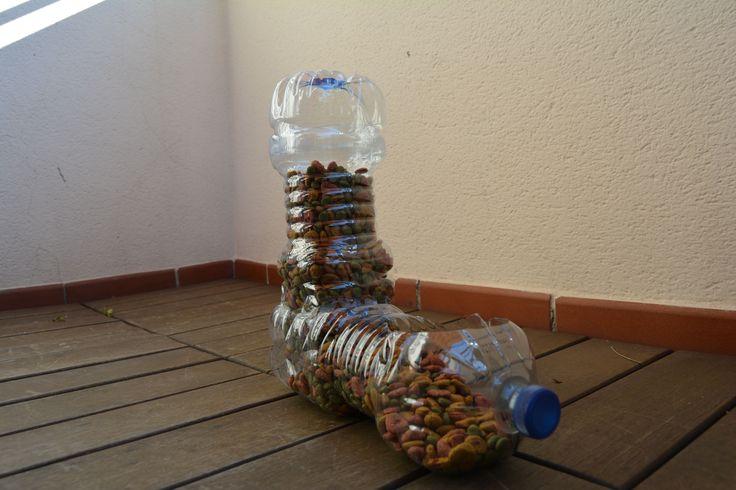 Dispensador de comida para gatos, con botellas recicladas. Hoy vamos a realizar algo más que un simple comedero para gatos, se trata de un dispensador de pienso y comedero para gatos. Una manualidad sencilla y rápida de hacer, además de beneficiosa para el medioambiente. https://www.bricoblog.eu/comedero-para-gatos-con-botellas-recicladas/ #Reciclado #Manualidades #Mascotas