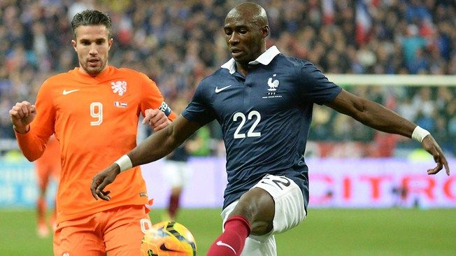 France's midfielder Eliaquim Mangala (R) controls the ball next to Netherlands' forward Robin van Persie (L) during a friendly football match between France and Netherlands at the Stade de France in Saint-Denis near Paris on March 5, 2014 ahead of the 2014 FIFA World Cup football tournament. AFP PHOTO / DAMIEN MEYER