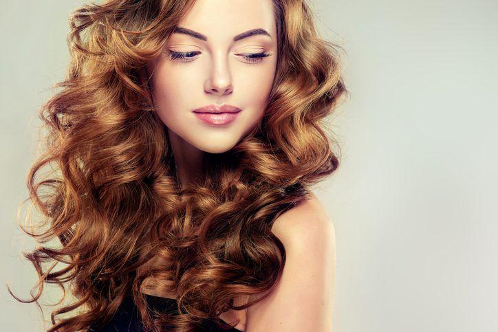 I capelli mossi sono perfetti per donare movimento alla chioma e, per realizzarli, non è necessario andare dal parrucchiere