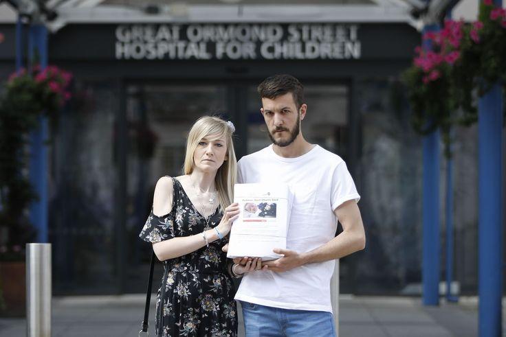 Les parents de Charlie Gard, 10 mois, qui souffre d'une maladie neurodégénératrice, demandent que leur fils puisse faire l'objet d'un traitement expérimental aux États-Unis. L'hôpital londonien où il est soigné veut arrêter les traitements jugeant l'état de l'enfant incurable. Donald Trump s'est dit prêt à «aider».